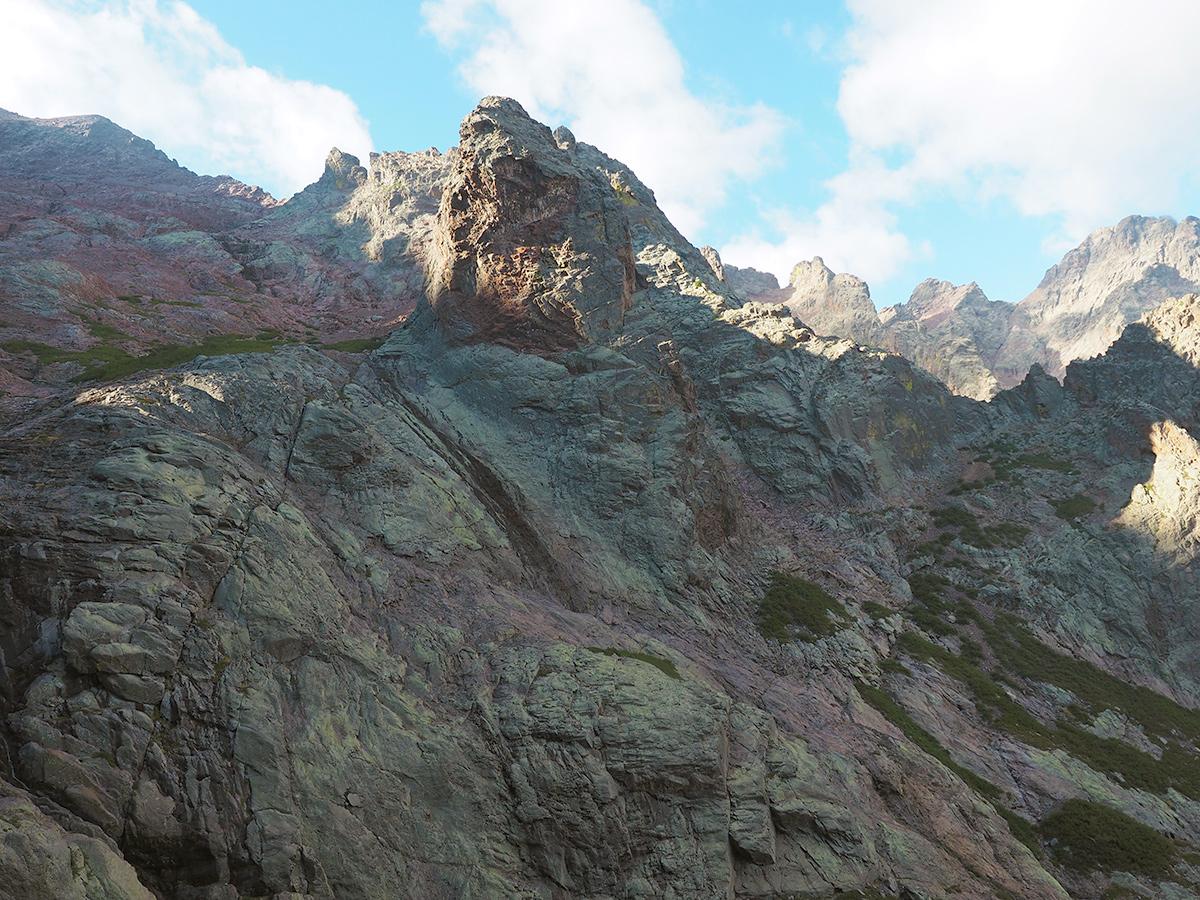 Wandern auf dem GR20 von Haut-Asco auf den Monte Cinto, Felsen