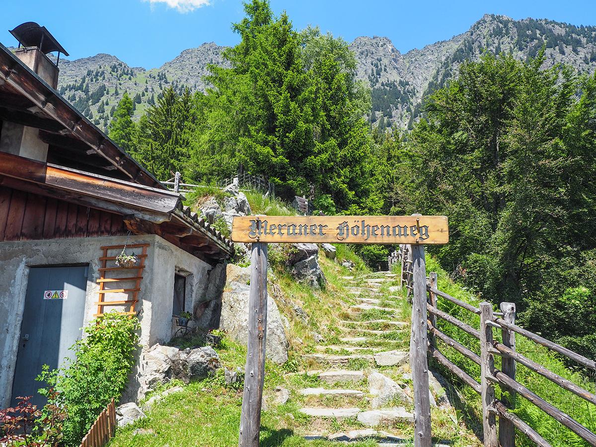 Meraner Höhenweg - Wandern zwischen Hochmuth und Giggelberg, Schild